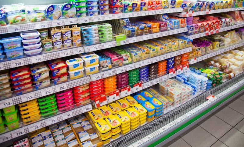 Ost på hyllor av den lokala ryska supermarket arkivbild