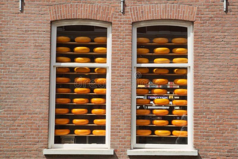 Ost rullar en holländare shoppar in fönster arkivfoto