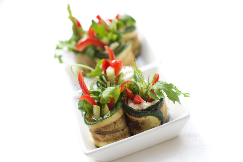 ost rullar salladzucchinien royaltyfri fotografi