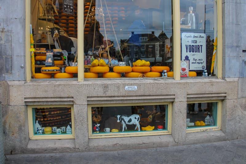 Ost shoppar i mitten av Amsterdam Nederländerna arkivfoto