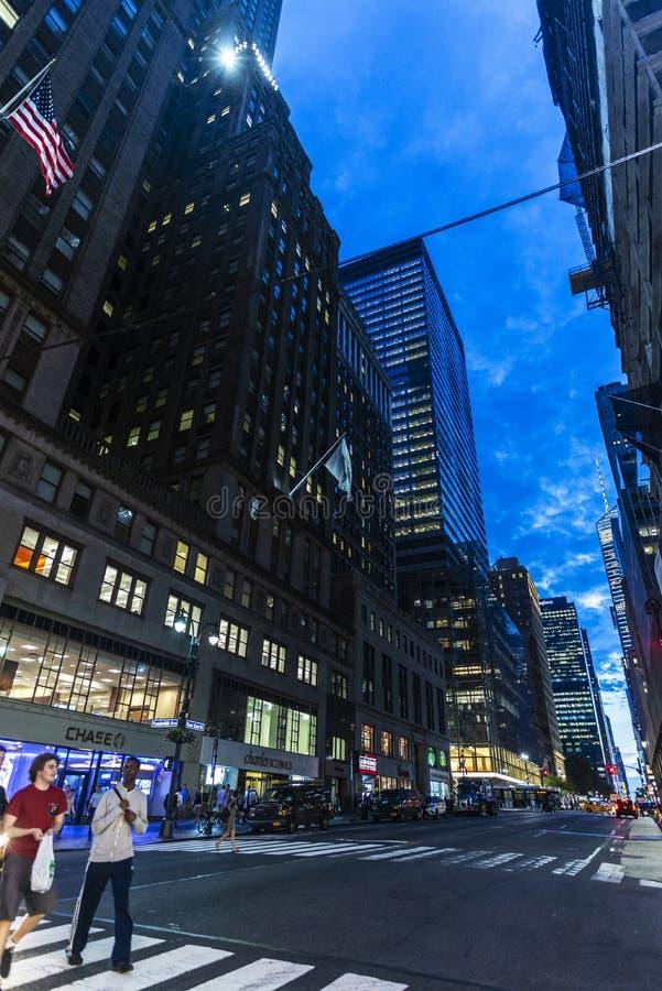 Ost42. Straße nachts in New York City, USA stockbilder
