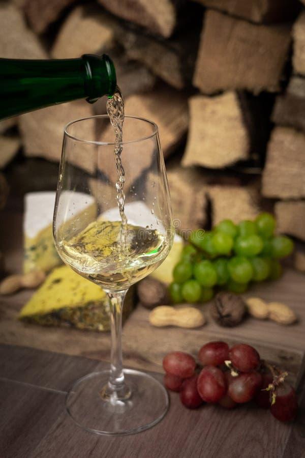 Ost, vin och druvor - en smaklig matställe royaltyfri bild