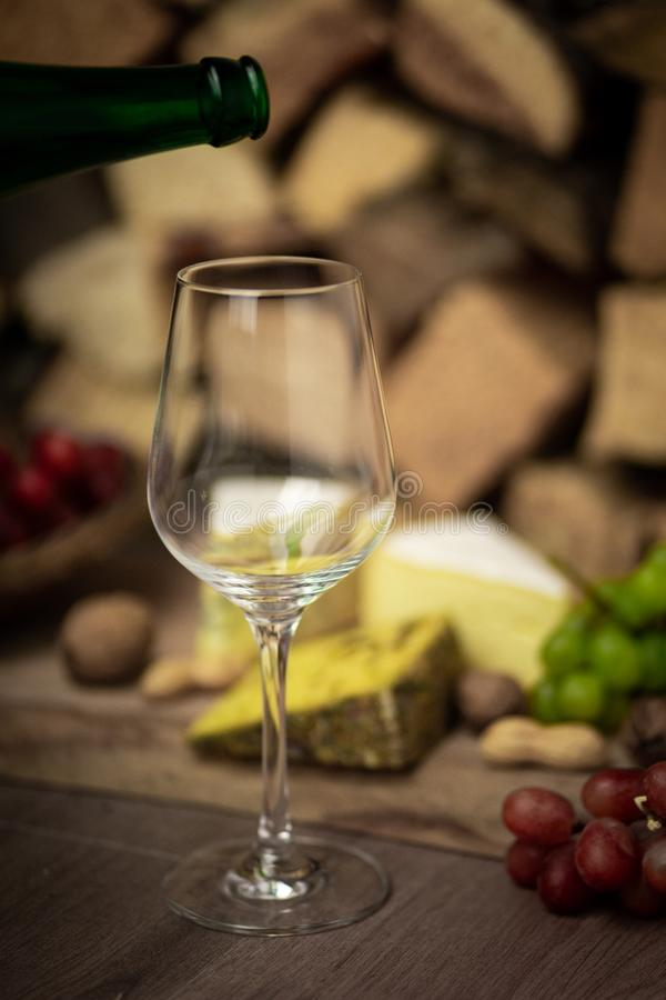Ost, vin och druvor - en smaklig matställe arkivfoton