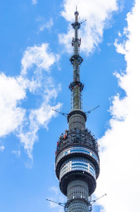 Ostankino Fernsehturm am klaren sonnigen Wolkentag stockfotos