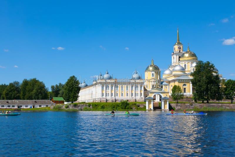 OSTASHKOV, SELIGER, RUSLAND - 29 JUNI 2010: Nilovklooster op Seliger-meer De gele bouw Blauwe hemel en blauw meer in de zomer royalty-vrije stock foto's