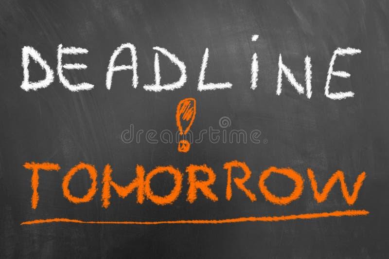 Ostatecznego terminu jutro kredowy tekst na blackboard lub chalkboard zdjęcie royalty free