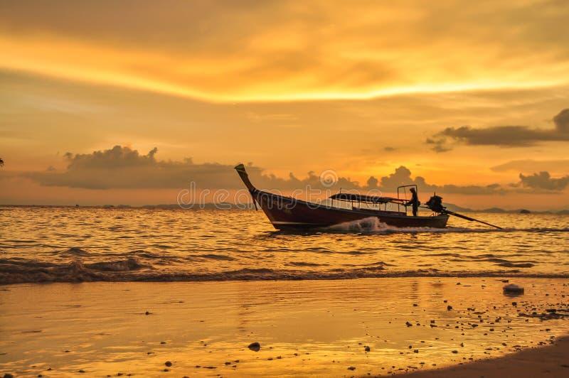 Ostatni łódkowaty przyjeżdżać Railay obrazy stock