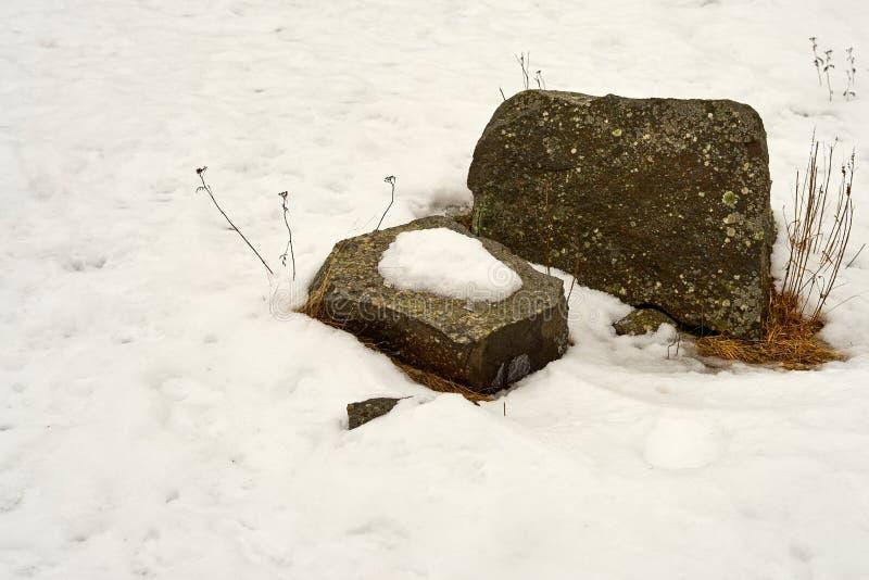 Ostatni śnieg na kamieniu zdjęcia stock
