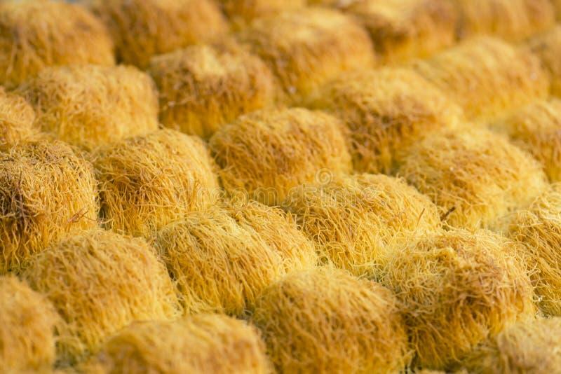 Ostbonbons, Baklava mit selektivem Fokus des Honigs lizenzfreie stockbilder