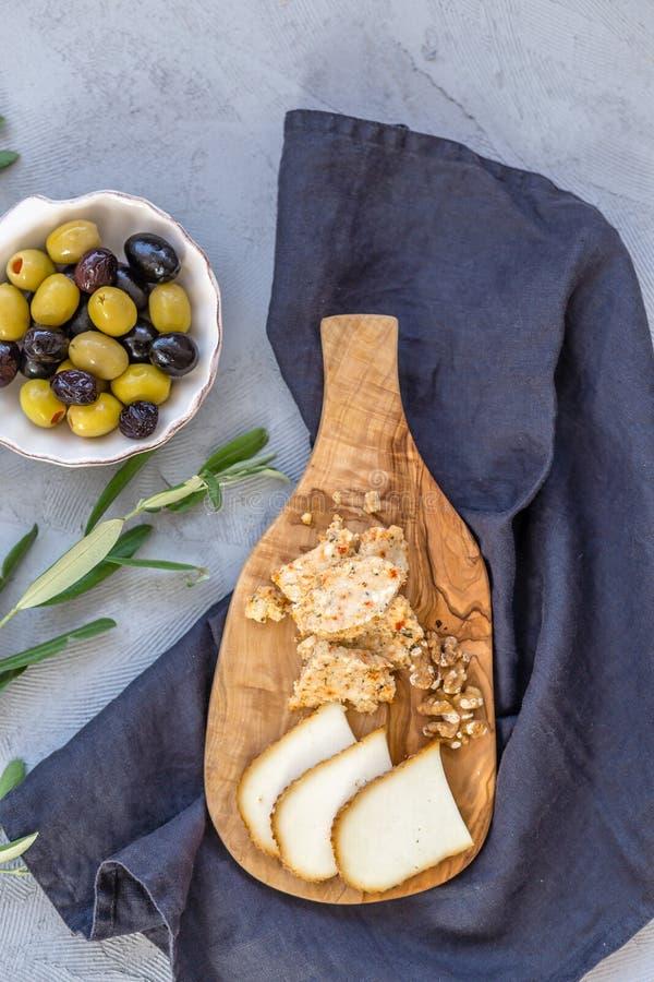 Ostbräde och oliv arkivfoton