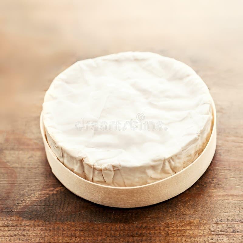 Ostcamembert på träskrivbordet, bästa sikt Mjuk krämig ostBr arkivbild