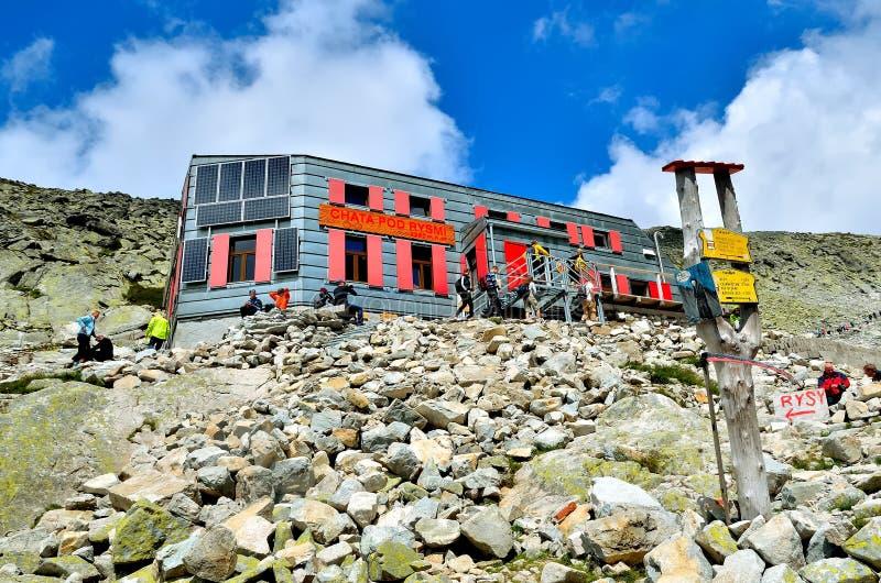 Ostello della montagna sotto Rysy e turisti in montagne slovacche di Tatra fotografia stock