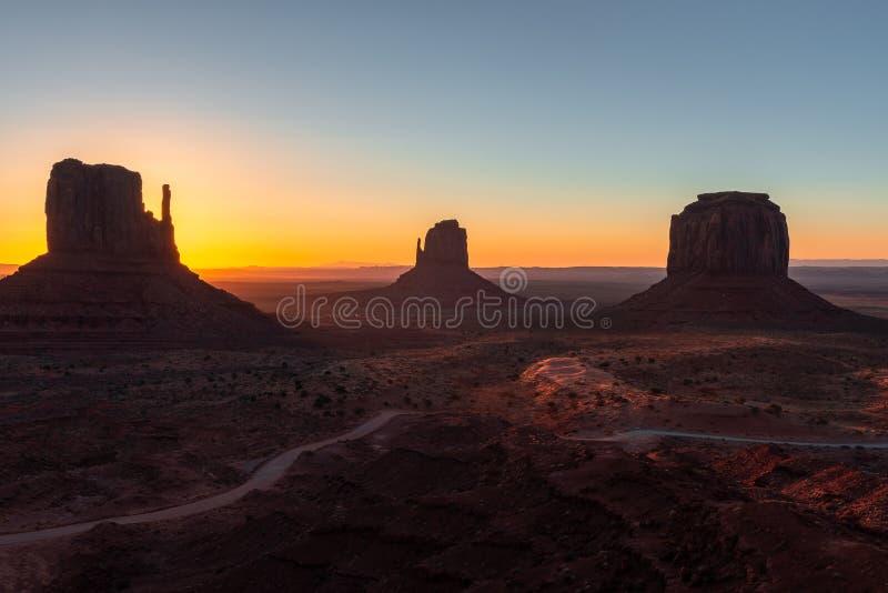Osten- und Westhandschuh Buttes und Merrick Butte bei Sonnenaufgang, Monument-Tal-Navajo-Stammes- Park auf der Arizona-Utah-Grenz lizenzfreies stockbild