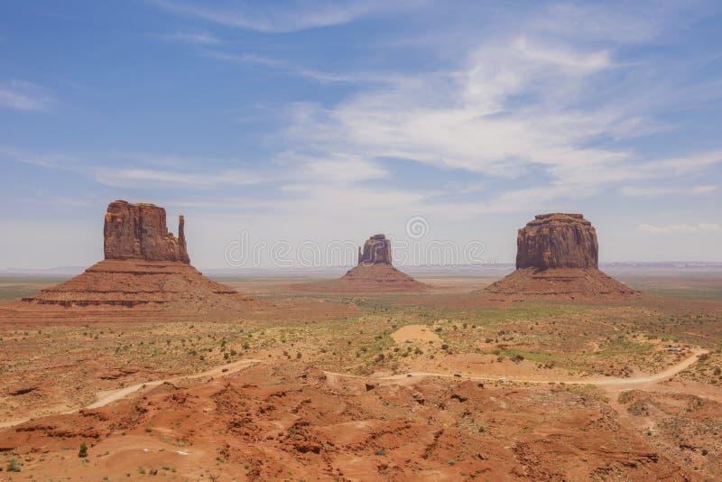 Osten- und Westhandschuh Buttes und Merrick Butte im Monument-Tal-Navajo-Stammes- Park lizenzfreie stockfotografie