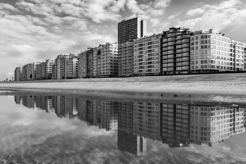 Ostend horisontreflexion i svartvitt, Belgien royaltyfria foton
