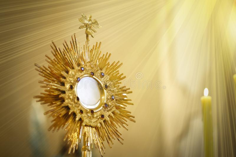 Ostensorial崇拜在天主教会里-科珀斯克里斯提 免版税库存照片