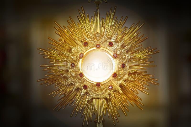 Ostensorialbewondering in de katholieke kerk stock afbeeldingen