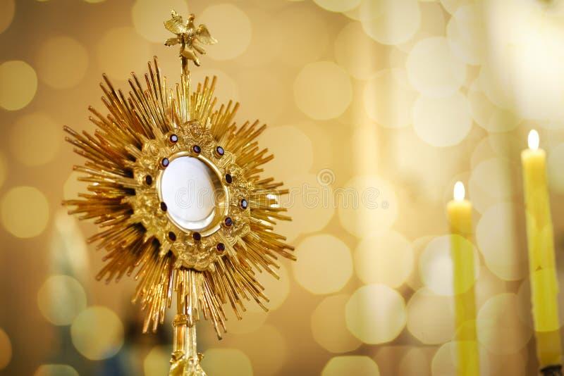 Ostensorialbewondering in de katholieke kerk stock fotografie