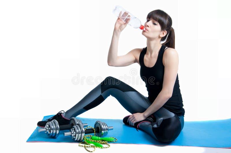 Ostenta a água potável da mulher foto de stock
