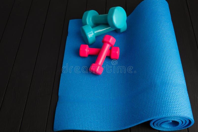 Ostenta equipamentos coloridos em um fundo cinzento Conceito do esporte fotografia de stock