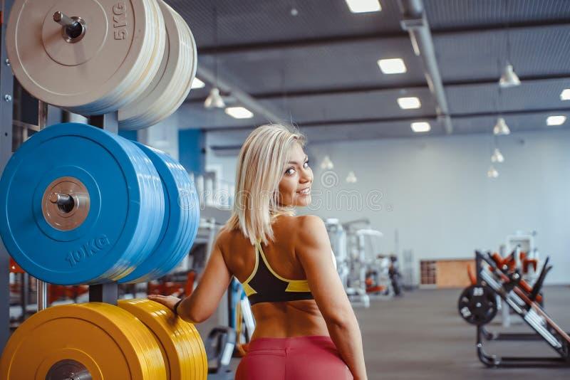 Ostenta a menina no gym imagem de stock royalty free