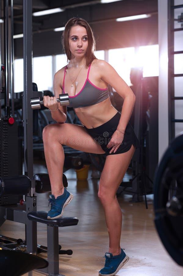 Ostenta a mulher no gym imagens de stock