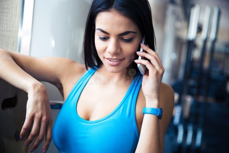 Ostenta a mulher que fala no telefone imagem de stock royalty free