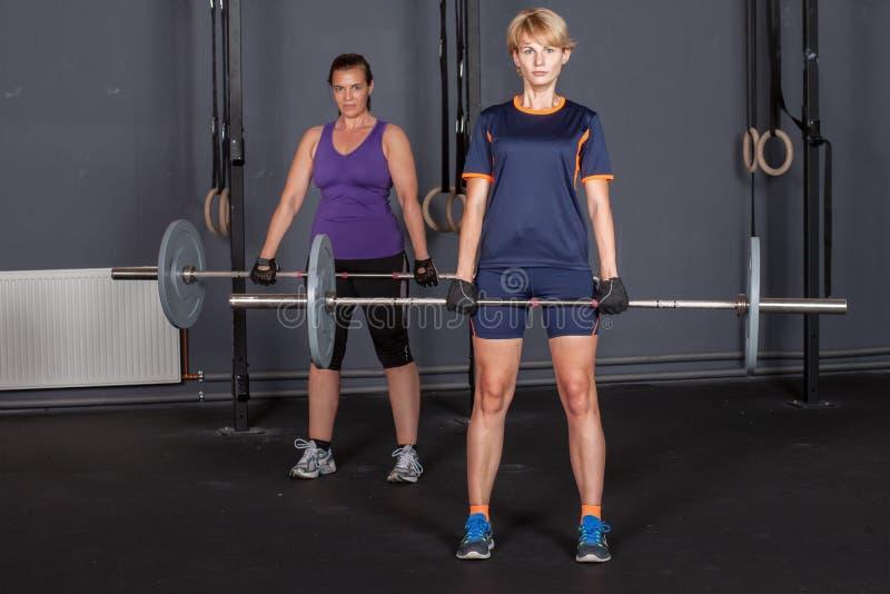 Ostenta o levantamento de peso de formação do barbell da mulher fotografia de stock royalty free
