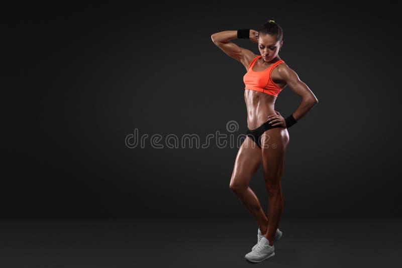 Ostenta o sportswear vestindo do retrato da mulher com trajeto de grampeamento imagens de stock