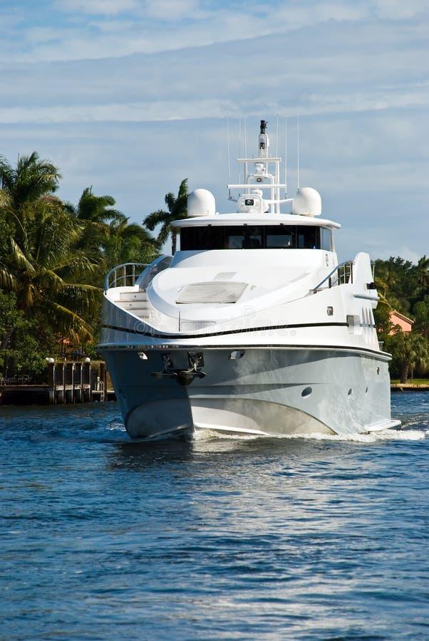 Ostentar moderno, iate confortável no mar imagens de stock royalty free