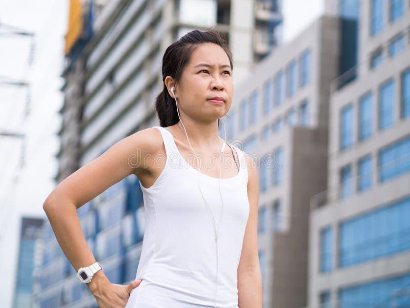 Ostente a mulher que estica a corrida na construção urbana da cidade imagens de stock