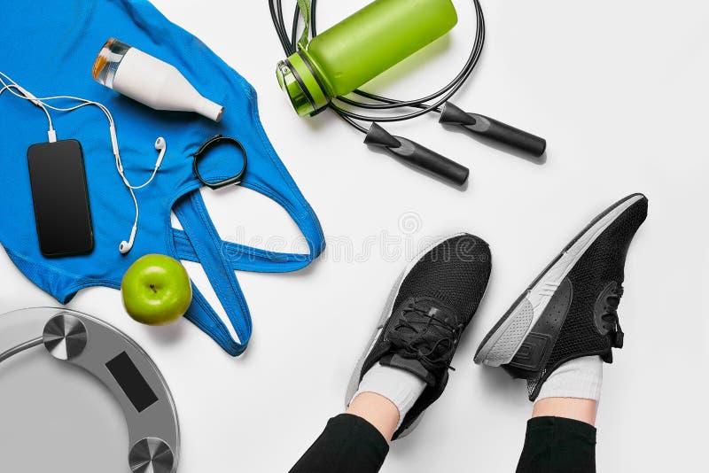 Ostente a mulher que senta-se e que descansa depois que exercício ou exercício no gym da aptidão com agitação da proteína ou na á imagens de stock royalty free