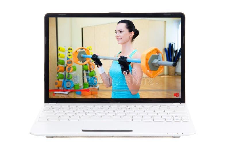 Ostente o conceito do blogue - mulher desportiva que mostra lhe o treinamento no gym sobre fotografia de stock royalty free