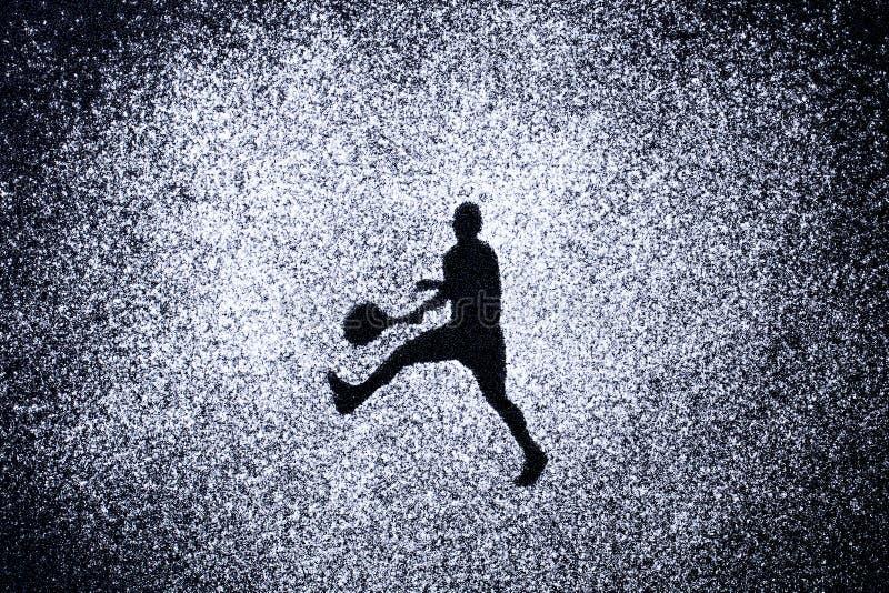 Ostente o conceito, forma do homem na ação pelo pó Parte de um tenni fotografia de stock