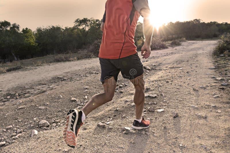Ostente o homem com a corrida atlética e muscular rasgada dos pés subida fora da estrada no exercício movimentando-se do treiname fotos de stock