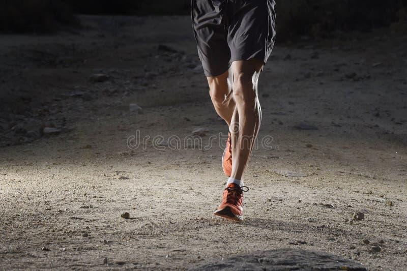 Ostente o homem com os pés atléticos e musculares rasgados que fogem a estrada no exercício movimentando-se do treinamento no cam fotografia de stock royalty free