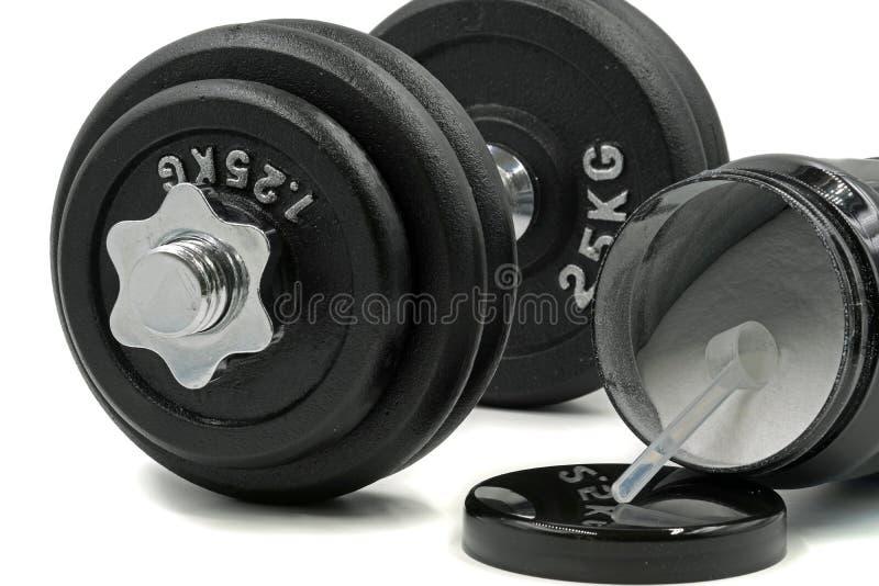 Ostente o pó do suplemento com colher de medição e o peso no fundo branco fotos de stock