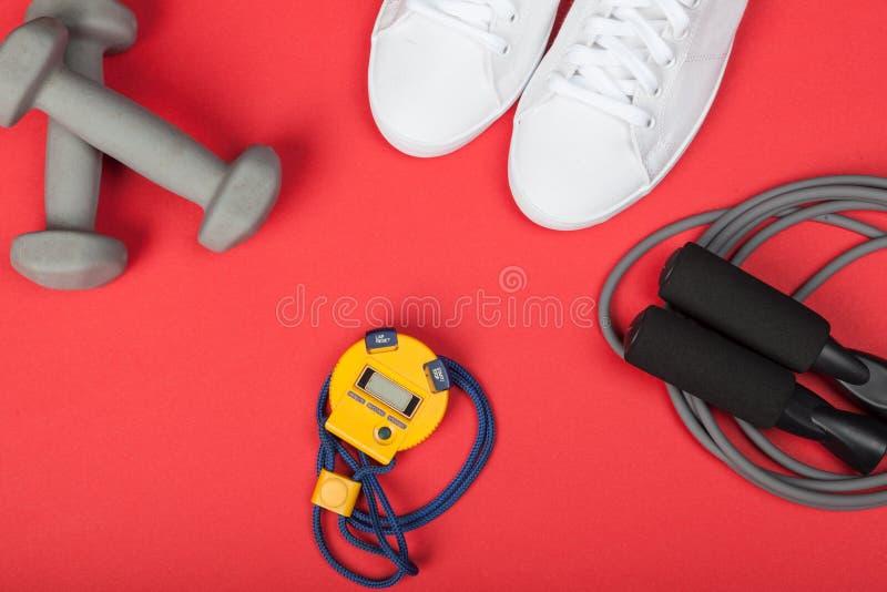 Ostente sapatas, pesos, corda de salto e o cronômetro digital Vista superior Aptidão, esporte e conceito saudável do estilo de vi fotos de stock