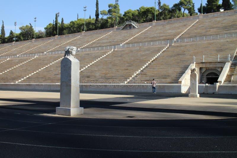 Ostente a trilha do atletismo no estádio de Panathenaic, Atenas fotos de stock royalty free