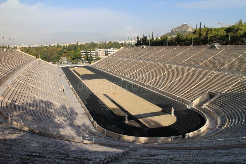 Ostente a trilha do atletismo no estádio de Panathenaic, Atenas fotos de stock