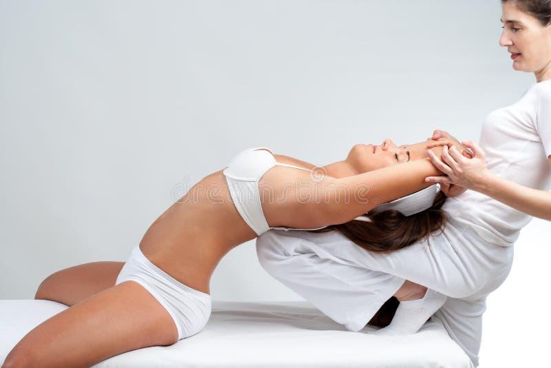 Osteopata que faz o tratamento da espinha na mulher fotos de stock royalty free