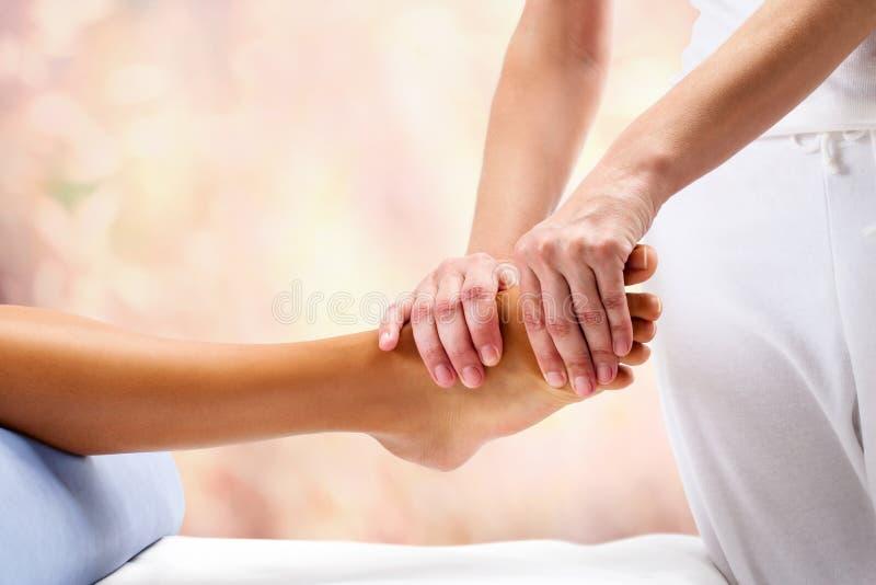 Osteopath robi reflexoloy masażowi na żeńskiej stopie zdjęcie stock