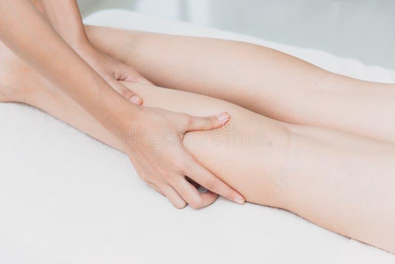Osteopathand som pressar den benmassage och brunnsorten royaltyfri fotografi