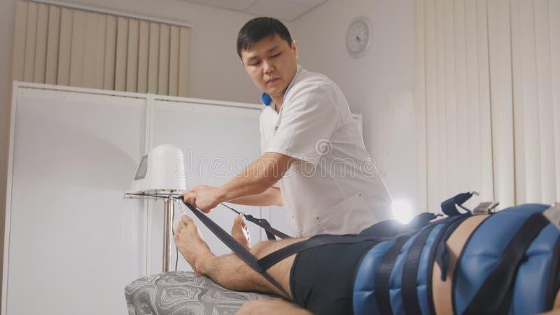 Osteopathic Doktor führen das Verfahren durch und dehnen den Dorn, Chiropraktik, asiatische tibetanische Medizin aus stockbild