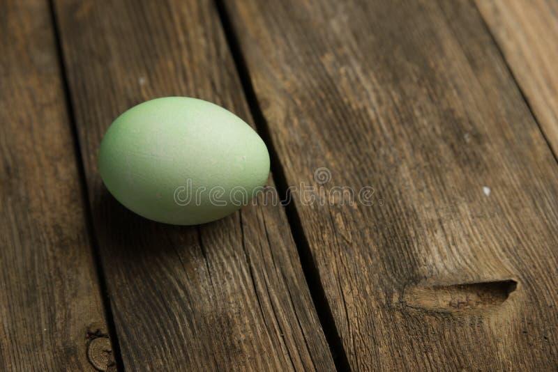 Osterei auf Planke stockfoto