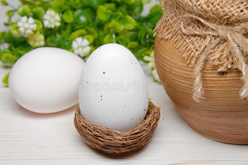 Osterei in einem Nest stockbilder