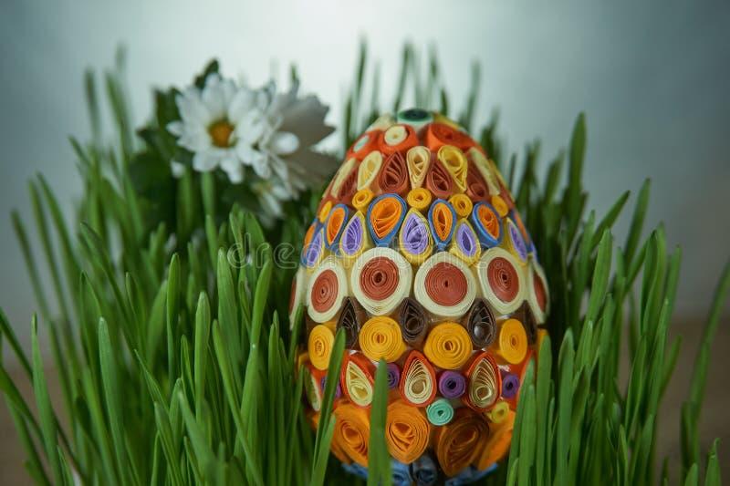 Osterei gesetzt zwischen frech Grünweizenkeime und Blumen stockfotografie