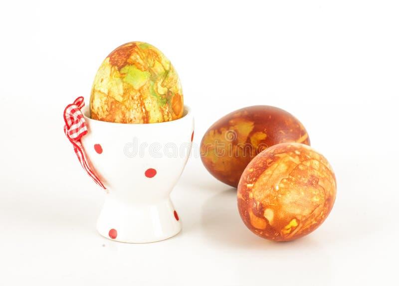 Osterei im Halter und im Freilauf zwei malte Eier stockbild