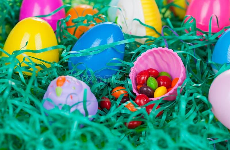 Osterei-Jagd mit Süßigkeit lizenzfreie stockbilder