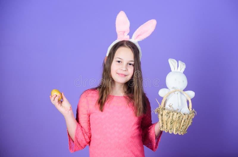 Osterei jagt als Teil des Festivals Osterhasen des Mädchens kleines Kinderzusätzlicher Griff färbte Ei Ursprung von Osterhasen stockfotos